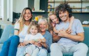 Beeld van een gelukkige familie, vader, moeder, twee kinderen en grootmoeder.